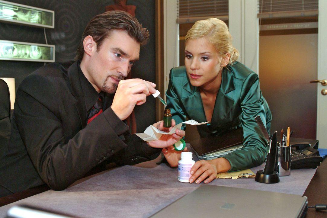 Mit Sabrinas (Nina-Friederike Gnädig, r.) Hilfe will Richard (Karim Köster, l.) Lisa außer Gefecht setzen, indem er ihr eine chemische Substanz i... - Bildquelle: Monika Schürle Sat.1