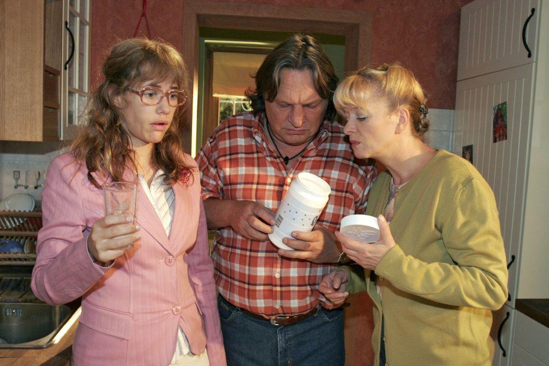 Lisa (Alexandra Neldel, l.) fühlt sich immer schlechter. Bernd (Volker Herold, M.) und Helga (Ulrike Mai, r.) sind besorgt. (Dieses Foto von Alexand... - Bildquelle: Noreen Flynn SAT.1 / Noreen Flynn