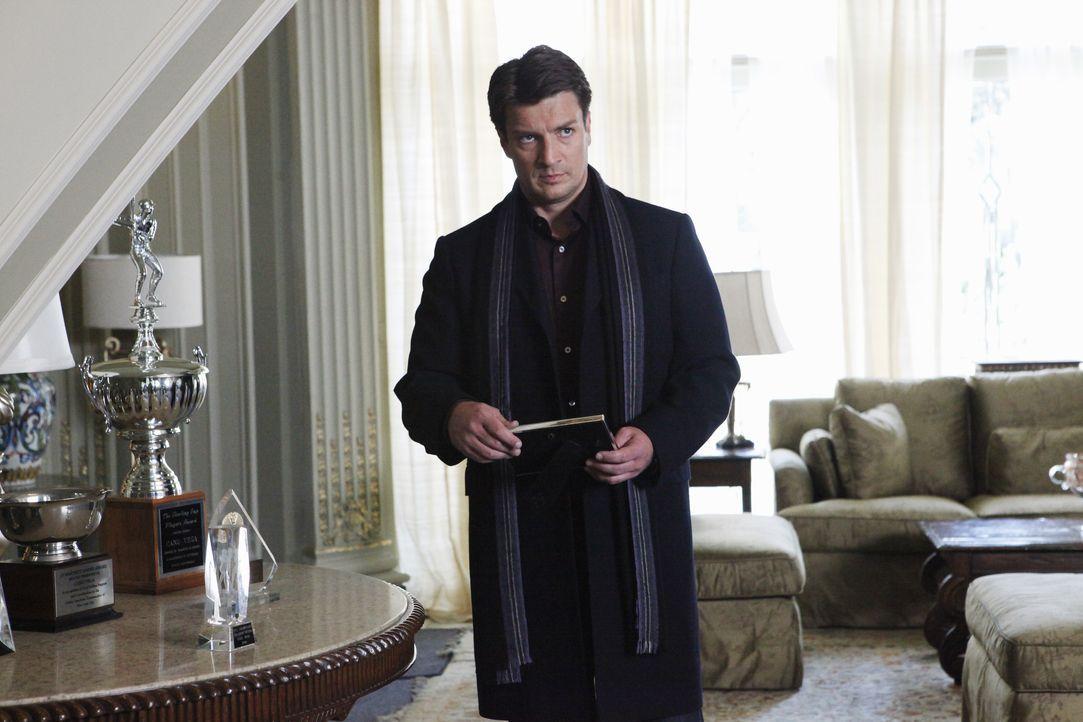In der Villa des ermordeten Baseballspielers Cano Vega begibt sich Richard Castle (Nathan Fillion) auf Spurensuche. - Bildquelle: ABC Studios
