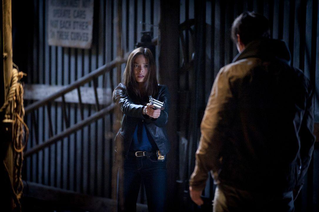 Cat (Kristin Kreuk, l.) muss ihre Waffe auf Vincent (Jay Ryan, r.) richten, da der während eines Blackouts für sie zur Gefahr wird ... - Bildquelle: Brooke Palmer 2012 The CW Network, LLC. All rights reserved.
