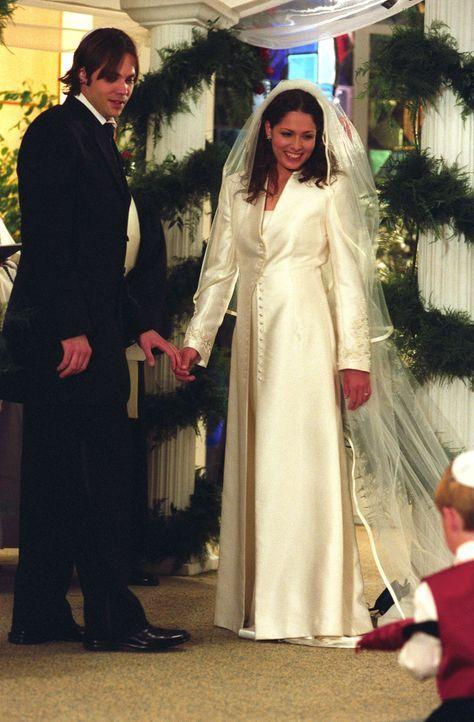 Steht ihre Hochzeit unter einen schlechten Stern? Matt (Barry Watson, l.) und Sarah (Sarah Danielle Madison, r.) ... - Bildquelle: The WB Television Network