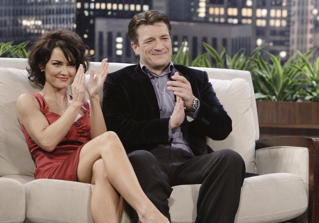 In einer Late-Night-Show lernt Castle (Nathan Fillion, r.) die hübsche Schauspielerin Ellie Monroe (Kelly Carlson, l.) persönlich kennen. - Bildquelle: ABC Studios