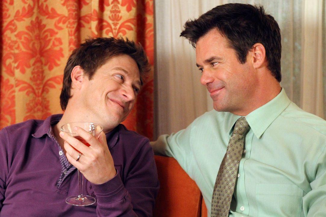 Während Lee (Kevin Rahm, l.) und Bob (Tuc Watkins, r.) Gabrielle bei sich aufnehmen, drängt Susan Roy, Mrs. McCluskey einen Heiratsantrag zu machen... - Bildquelle: ABC Studios