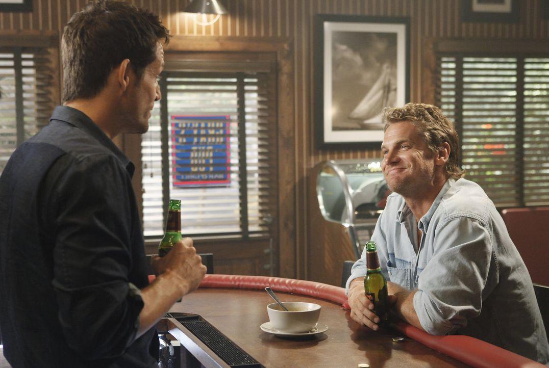 Jules bittet ihren Nachbarn Grayson (Josh Hopkins, l.), mit Bobby (Brian Van Holt, r.), ihrem deprimierten Ex-Mann, Golf spielen zu gehen. Dummerwei... - Bildquelle: 2009 ABC INC.