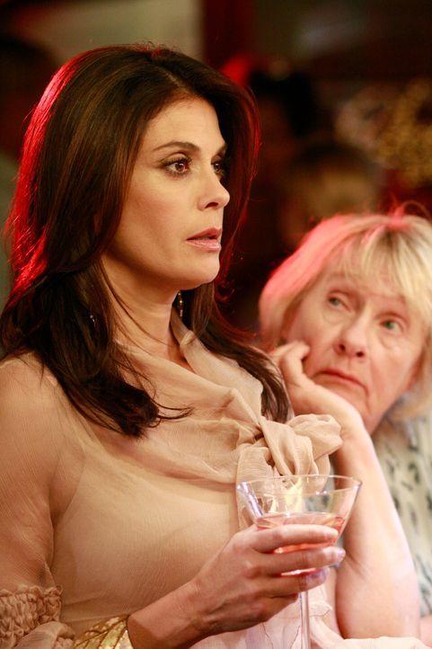 Auf der Vergebungsparty für Edie ist auch Jackson, Susans (Teri Hatcher, l.) geheimer Lover, eingeladen. Als er für sie ein Lied singen möchte, hand... - Bildquelle: ABC Studios