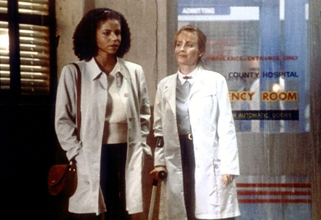 Weaver (Laura Innes, r.) gibt der HIV-positiven Jeanie (Gloria Reuben, l.) zu verstehen, dass sie sie in ihrer Entscheidung weiterzuarbeiten, unters... - Bildquelle: TM+  WARNER BROS.