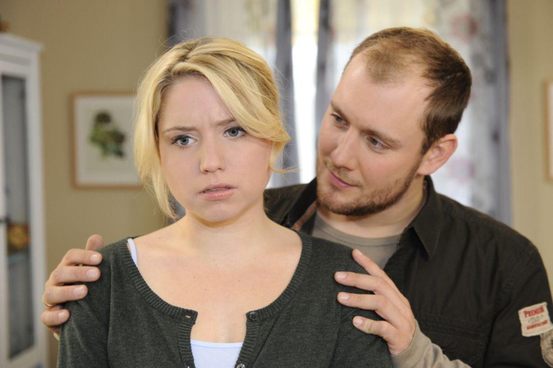 Miriam (Caroline Maria Frier, l.) gesteht Piet (Oli Petszokat, r.) dass sie mit Sebastian geschlafen hat. - Bildquelle: SAT.1