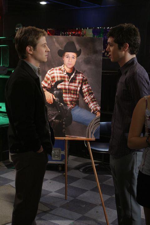 """Ryans Geburtstagsparty im """"Bait Shop"""" ist ein voller Erfolg - auch wenn Seth (Adam Brody, r.) und Ryan (Benjamin McKenzie, l.) die meisten der Gäst... - Bildquelle: Warner Bros. Television"""