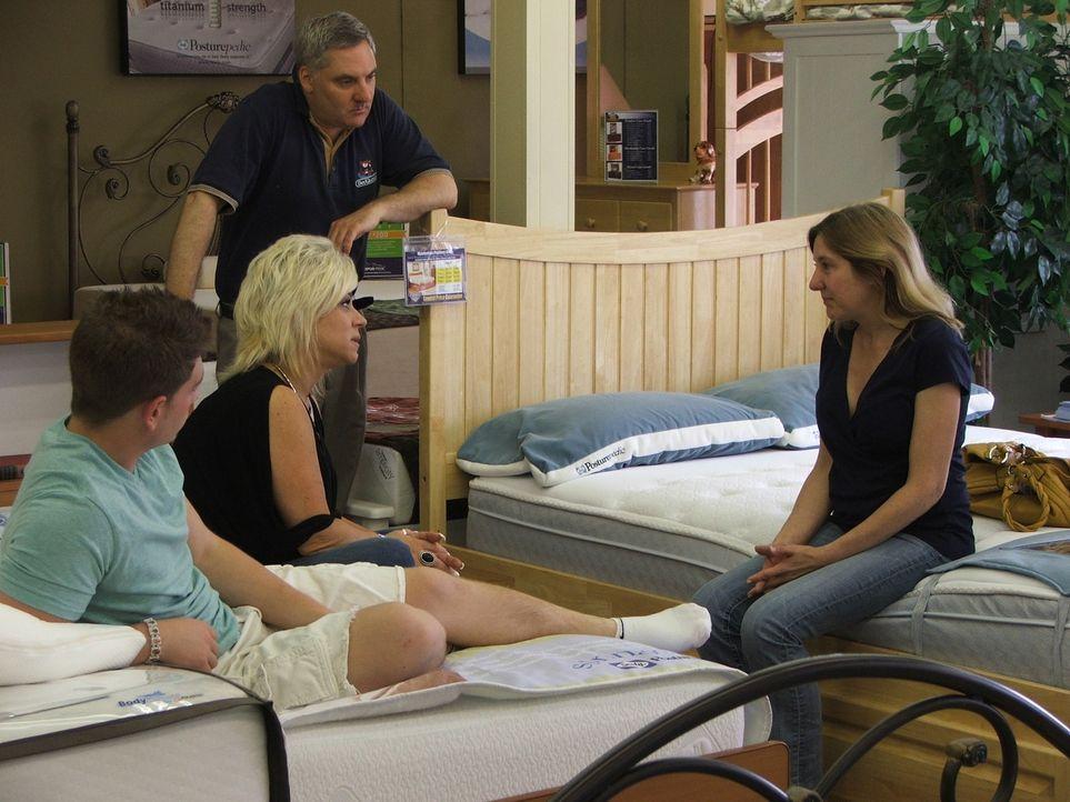 Theresa (2.v.l.) zieht mit ihrem Sohn Larry (l.) los, um in Jims (2.v.r.) Laden eine neue Matratze für ihn zu kaufen, wobei sie auf Debbie (r.) trif... - Bildquelle: Discovery Communications, Inc.