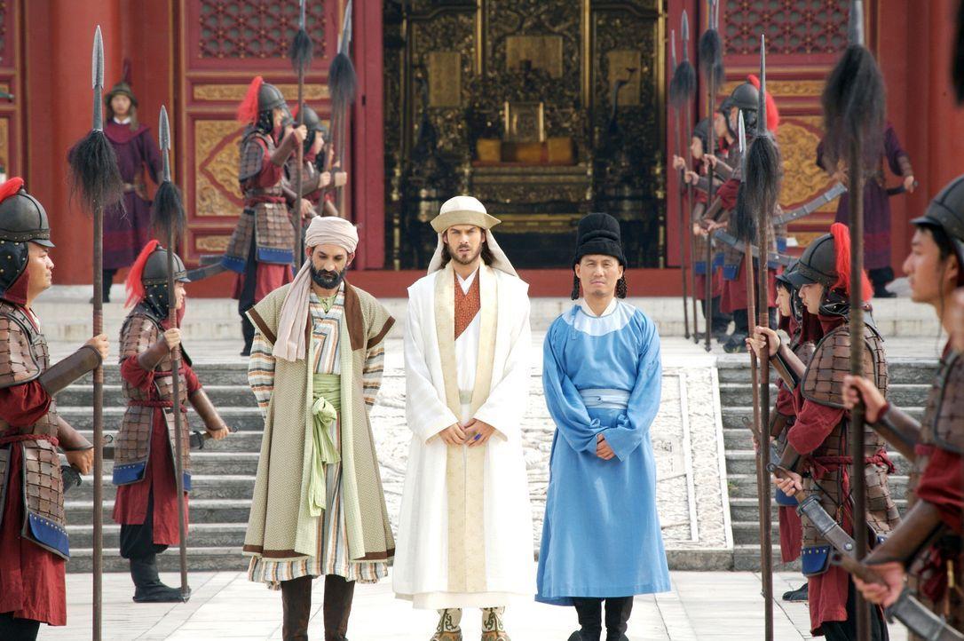 Als Abgesandter des großen Kublai Khans wird Marco Polo (Ian Somerhalder, M.), in Begleitung seines Vertrauten Pedro (B.D. Wong, r.) vom Statthalte... - Bildquelle: 2006 RHI Entertainment Distribution, LLC