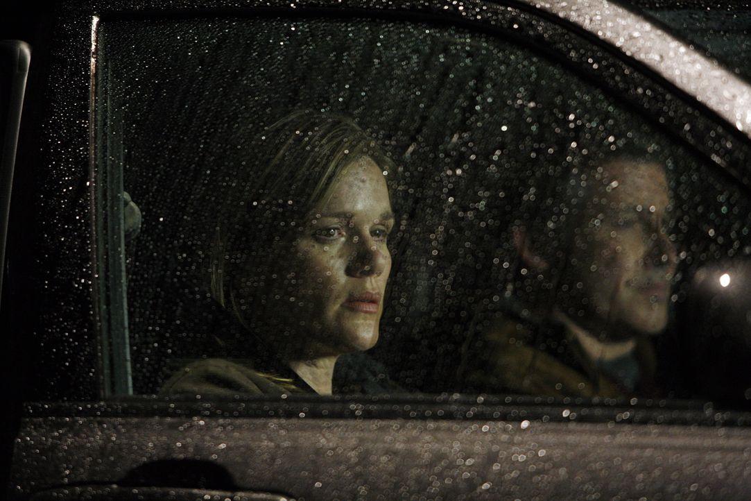 Hat Richard Ludlow (Larry Poindexter, r.) etwas mit dem plötzlichen Verschwinden von Lindsay (Catherine Dent, l.) zu tun? - Bildquelle: Warner Bros. Entertainment Inc.