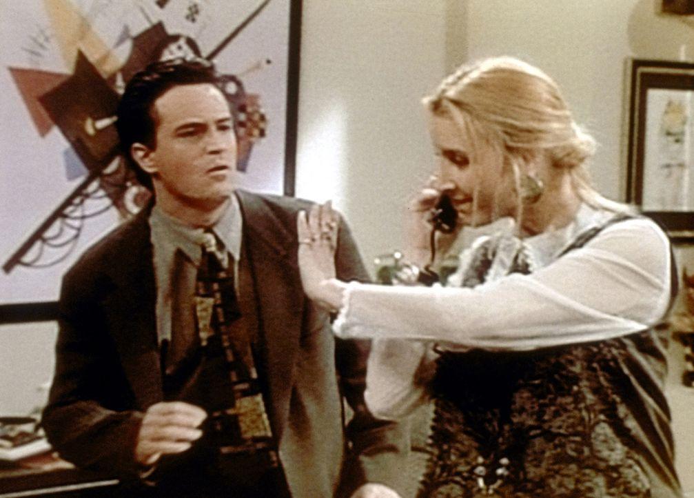 Phoebe (Lisa Kudrow, r.) arbeitet bei Chandler (Matthew Perry, l.) als Sekretärin und lässt sich nichts dreinreden, auch wenn er der Chef ist. - Bildquelle: TM+  2000 WARNER BROS.