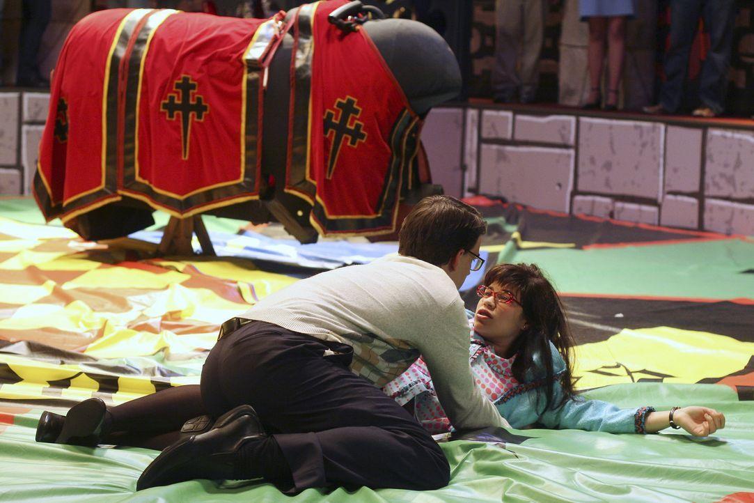 Als Betty (America Ferrera, liegend) von dem Bullen abgeschüttelt wird und benommen am Boden liegt, erkennt Henry (Christopher Gorham, kieend), dass... - Bildquelle: Buena Vista International Television