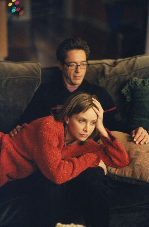 Nachdem Larry (Robert Downey Jr., hinten) Ally (Calista Flockhart, vorne) drei Geheimnisse gebeichtet hat, versucht Ally, über diese hinwegzusehen -... - Bildquelle: 2000 Twentieth Century Fox Film Corporation. All rights reserved.