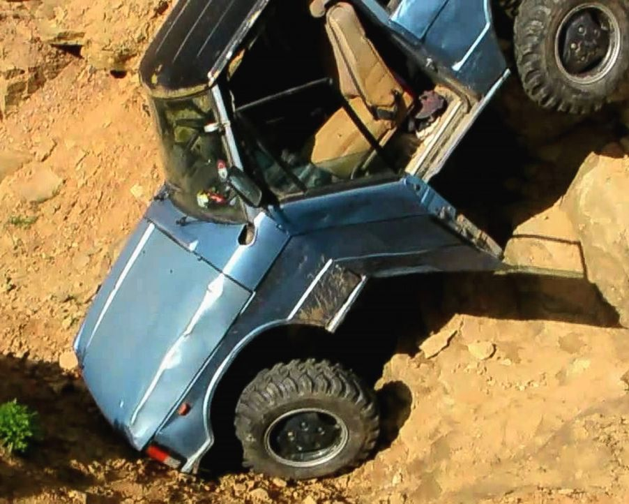 Obwohl der große Pick-Up auf Off-Road-Strecken spezialisiert ist, rutscht der Wagen kopfüber den Hang hinunter und landet frontal auf seiner Schnauz... - Bildquelle: 2011, Travel Channel, L.L.C. All Rights Reserved.