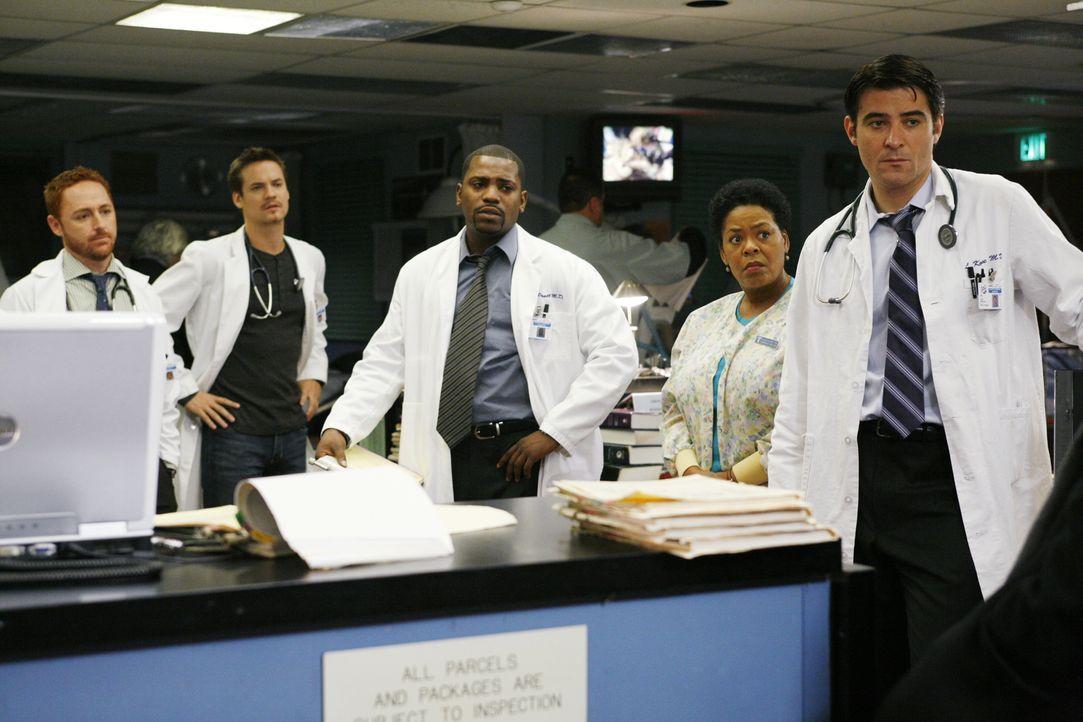 Können nicht fassen, dass Dr. Weaver wirklich das Krankenhaus verlassen wird: (v.l.n.r.) Morris (Scott Grimes), Ray (Shane West), Pratt (Mekhi Phif... - Bildquelle: Warner Bros. Television