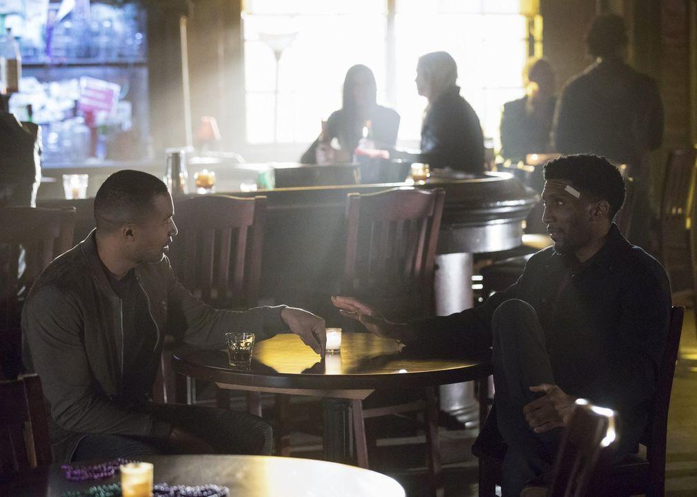 Während Vincent (Yusuf Gatewood, r.) nur eine Chance sieht, um Hope und die Stadt zu retten, erreicht Marcel (Charles Michael Davis, l.) von einem d... - Bildquelle: 2016 Warner Brothers