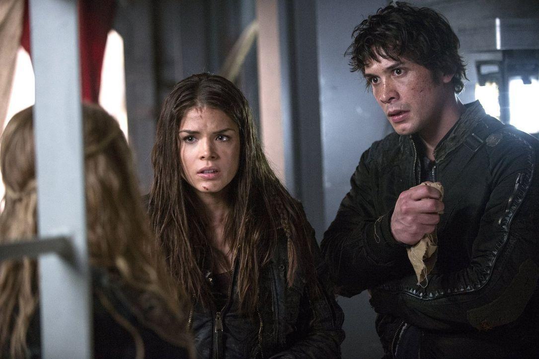 Kämpfen jeder auf seine eigene Weise gegen den Virus: Octavia (Marie Avgeropoulos, l.) und Bellamy (Bob Morley, r.) ... - Bildquelle: Warner Brothers