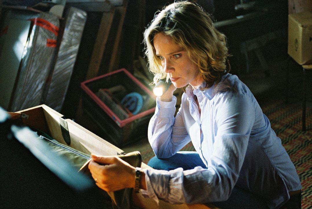 Michelle (Ann-Kathrin Kramer) findet auf dem Dachboden ihres Hauses die Jagdausrüstung ihres Vaters. Doch das Futteral für das Gewehr ist leer ... - Bildquelle: Sat.1