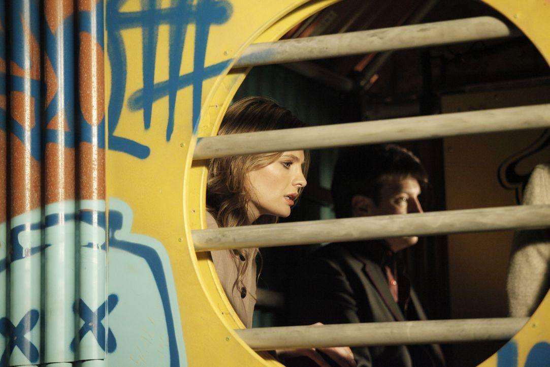 Zusammen mit einem Zeugen sind Castle (Nathan Fillion, r.) und Beckett (Stana Katic, l.) auf der Flucht vor der Mafia ... - Bildquelle: 2012 American Broadcasting Companies, Inc. All rights reserved.