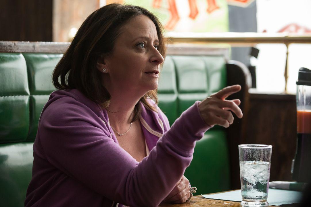 Nachdem Carrie, Al und Rosie (Rachel Dratch) auf der Fahrt zum Gericht eine kurze Pause in einem Diner einlegen, versucht sich die wertvolle Zeugin... - Bildquelle: Jeff Neumann 2015, 2016 Sony Pictures Television Inc. All Rights Reserved.