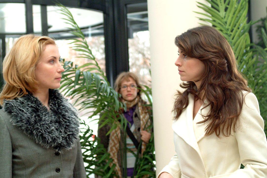 Die misstrauische Mariella (Bianca Hein, r.) begegnet an der Rezeption auf Davids Tete-a-tete Monique (Astrid Posner, l.), die sich abgebrüht nach D... - Bildquelle: Monika Schürle SAT.1 / Monika Schürle
