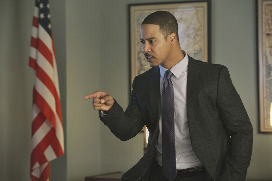 Er will den geheimnisvollen Rächer endlich zur Strecke bringen und zwar um jeden Preis: Joe (Brian White) - Bildquelle: Ben Mark Holzberg 2013 The CW Network, LLC. All rights reserved.