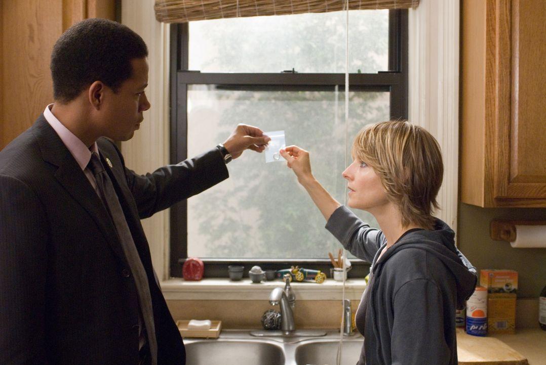 Als die Ermittlungen der Polizei (Terence Howard, l.) nicht den gewünschten Erfolg haben, besorgt sich Erica (Jodie Foster, r.)  eine Waffe. Da gerä... - Bildquelle: Warner Bros.