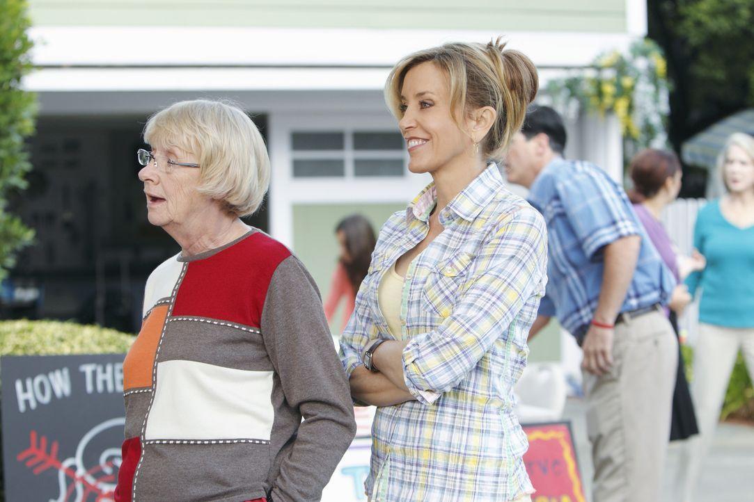 Lynette (Felicity Huffman, r.) ruft alle Nachbarn zu einer Demonstration auf, um Pauls Plan zu verhindern. Doch noch ahnen Karen McCluskey (Kathryn... - Bildquelle: ABC Studios