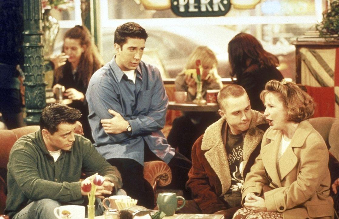 Joey (Matt LeBlanc, l.) und Ross (Davis Schwimmer, 2.v.l.) trauen ihren Ohren nicht: Phoebes 18-jähriger Bruder Frank (Giovanni Ribisi, 2.v.r.) hat... - Bildquelle: TM+  2000 WARNER BROS.