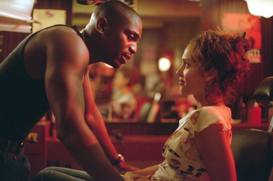 Entwickeln leidenschaftliche Gefühle füreinander: Chaz (Mekhi Phifer, l.) und Honey (Jessica Alba, r.) ... - Bildquelle: Universal Studios