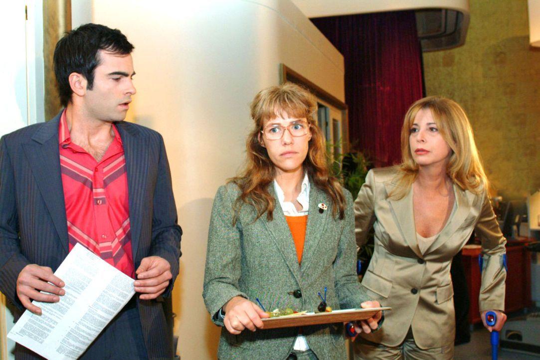 Lisa (Alexandra Neldel, M.) ist betroffen, dass David (Mathis Künzler, l.) sie eiskalt abblitzen lässt, als sie sich bei ihm bedanken will. Laura... - Bildquelle: Monika Schürle Sat.1
