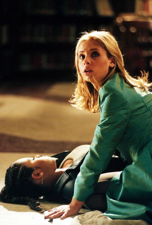 Buffy (Sarah Michelle Gellar, r.) erkennt mit Schrecken, dass Kendra (Bianca Lawson, l.) tot ist ... - Bildquelle: Twentieth Century Fox Film Corporation.