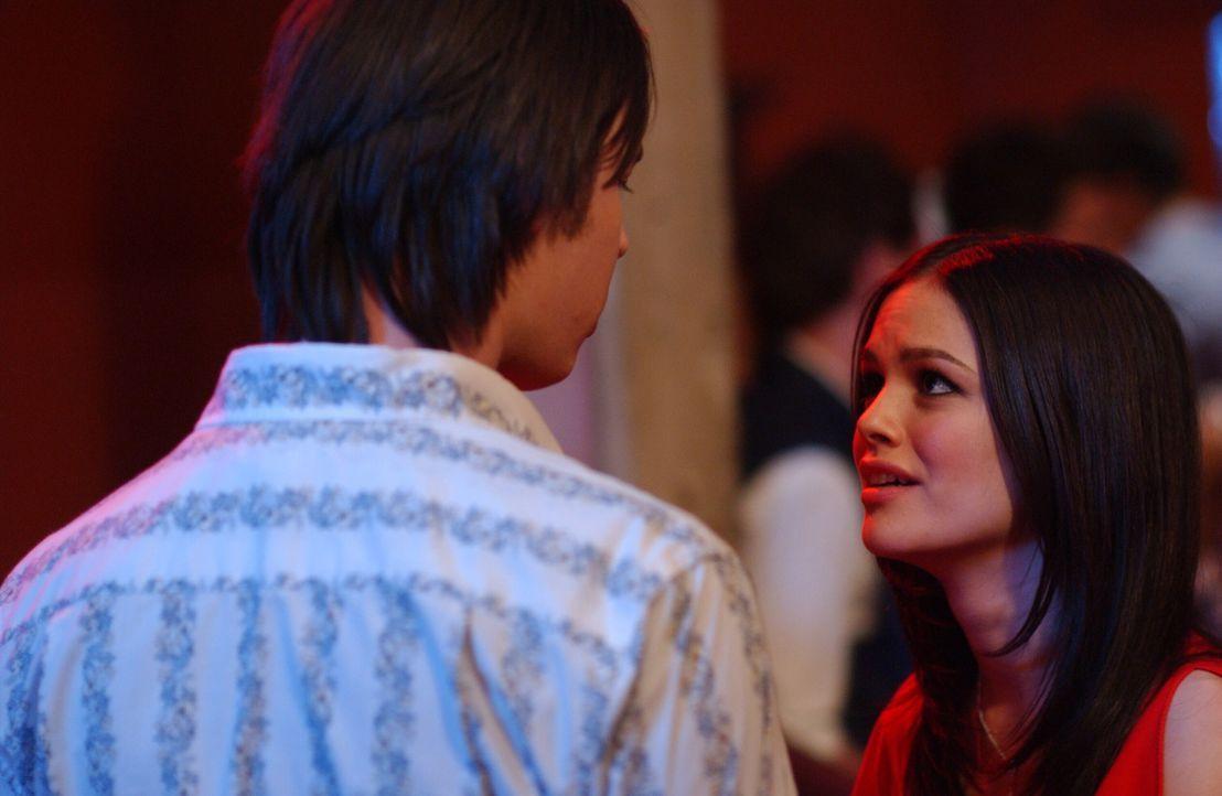 Durch Zufall treffen Marissa und Summer (Rachel Bilson, r.) am Strand den Star (Colin Hanks, l.) von Summers Lieblingsserie 'The Valley'. Prompt lä... - Bildquelle: Warner Bros. Television