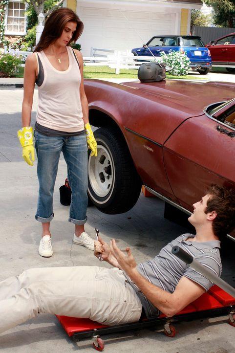 Susan (Teri Hatcher, l.) beobachtet, dass Danny Bolen (Beau Mirchoff, r.) wieder zu Hause ist, obwohl er ihrer Meinung nach der Angreifer ist, der J... - Bildquelle: ABC Studios