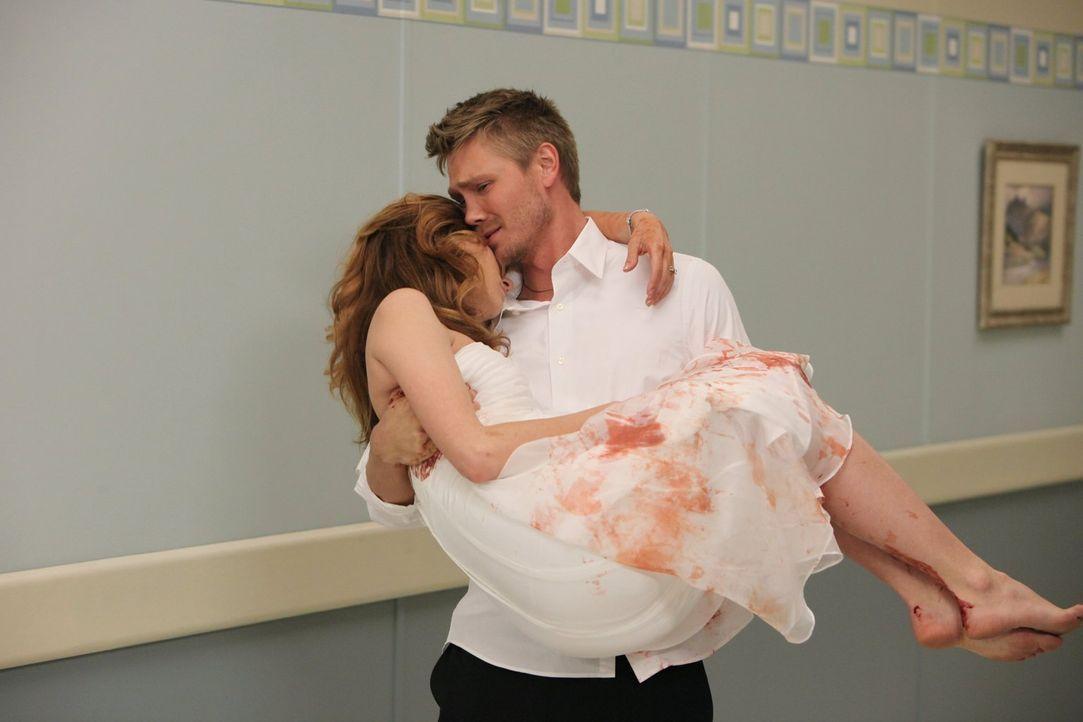 Noch während der Hochzeit bricht Peyton (Hilarie Burton, l.) zusammen und hat starke Blutungen. Lucas (Chad Michael Murray, r.) bringt sie so schnel... - Bildquelle: Warner Bros. Pictures