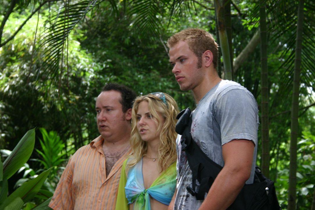 Noch ahnen Jake (Kellan Lutz, r.), Lauren (Nikki Griffin, M.) und Ira (Marc Bacher, l.) nicht, dass auf der Insel eine längst vergessene Spezies le... - Bildquelle: Voltage Pictures