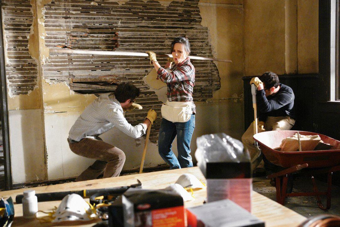 Noras (Sally Field, M.) Plan, das ersteigerte Haus, selbst zu renovieren, geht sichtlich schief ... - Bildquelle: 2008 ABC INC.