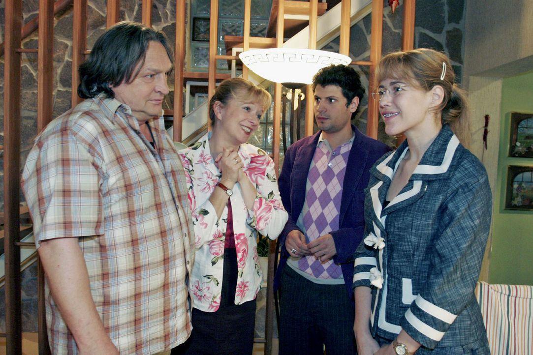 Während Helga (Ulrike Mai, 2.v.l.) total gerührt ist, dass Rokko (Manuel Cortez, 2.v.r.) um die Hand von Lisa (Alexandra Neldel, r.) anhält, ist Ber... - Bildquelle: Noreen Flynn SAT.1 / Noreen Flynn