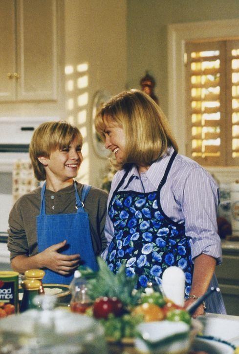 Simon (David Gallagher, l.) macht sich Sorgen um seine Freundin Deena, die wegen einer Routineuntersuchung sehr nervös ist. Annie (Catherine Hicks,... - Bildquelle: The WB Television Network