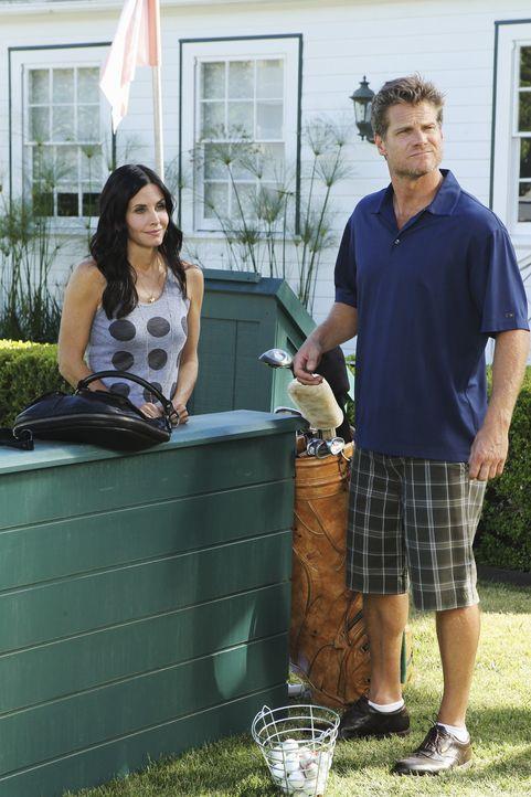 Jules (Courteney Cox, l.) versucht über Umwege Bobby (Brian Van Holt, r.) weiterhin mit Geld zu versorgen, nachdem dieser begonnen hat, ihre vorher... - Bildquelle: 2010 ABC INC.