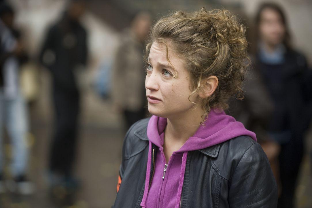 Musste eine junge Schülerin sterben, weil sie sich heimlich mit ihrem Lehrer traf? Emma Tomasi (Sophie de Fürst) muss ermitteln ... - Bildquelle: 2015 BEAUBOURG AUDIOVISUEL