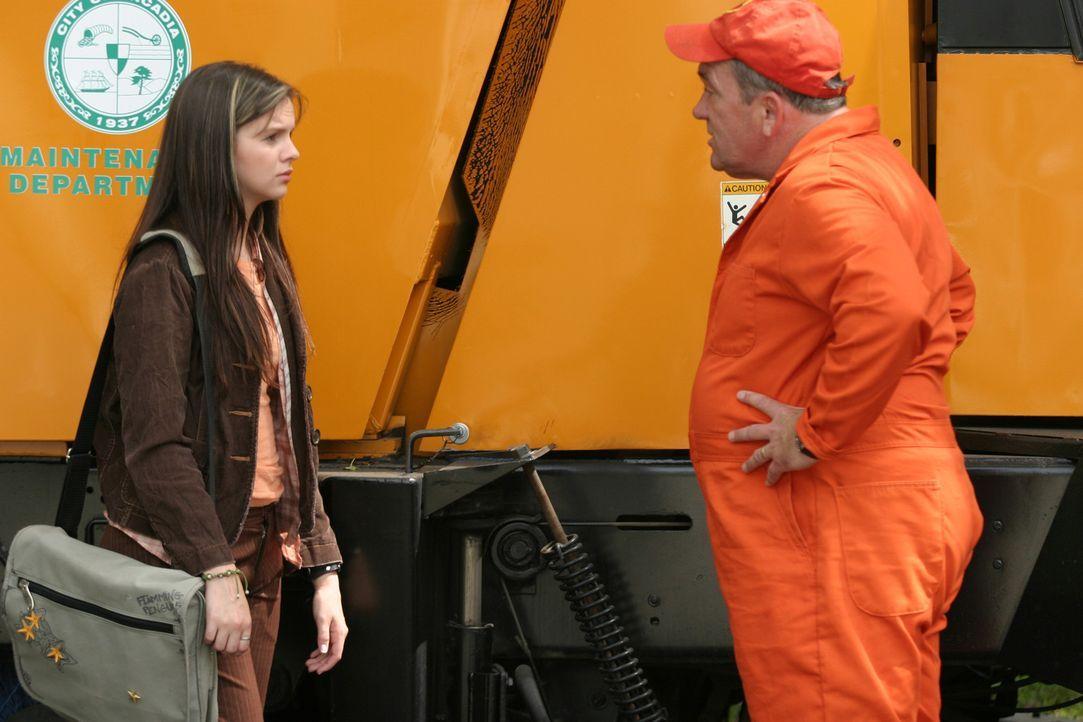 Erst erscheint Joan (Amber Tamblyn, l.) Gott als Nachrichtensprecher, dann als Straßenkehrer (James Martin Kelly, r.) ... - Bildquelle: Sony Pictures Television