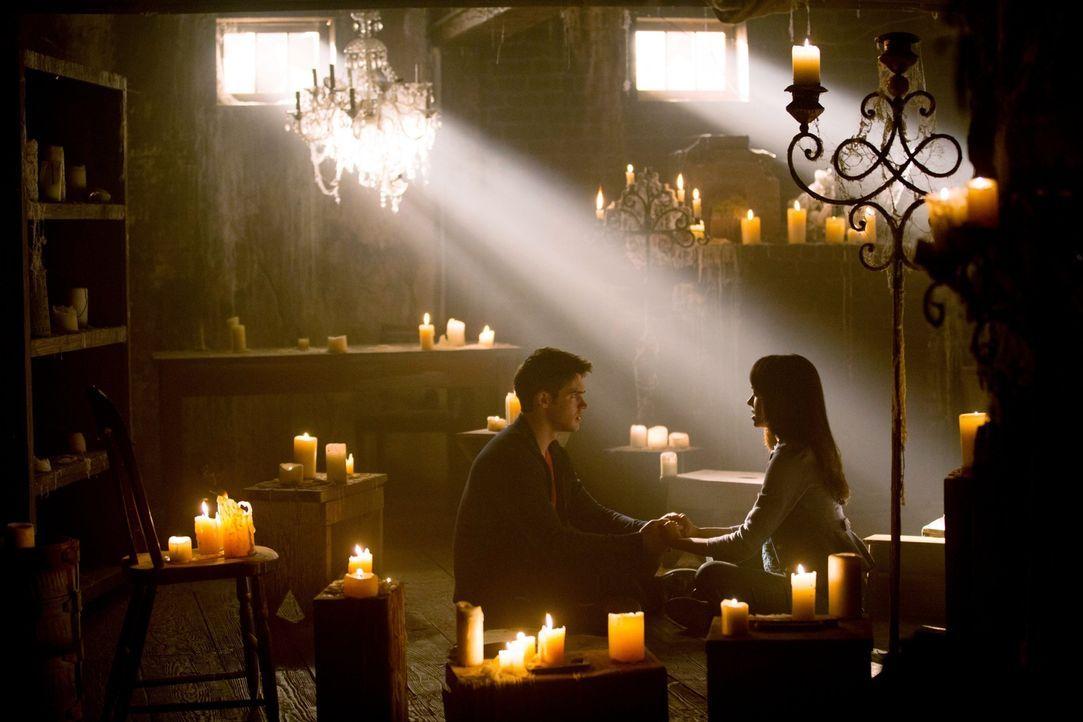 Mit vereinten Kräften versuchen Jeremy (Steven R. McQueen, l.) und Bonnie (Katerina Graham, r.) alles, um Elena zu helfen ... - Bildquelle: Warner Brothers