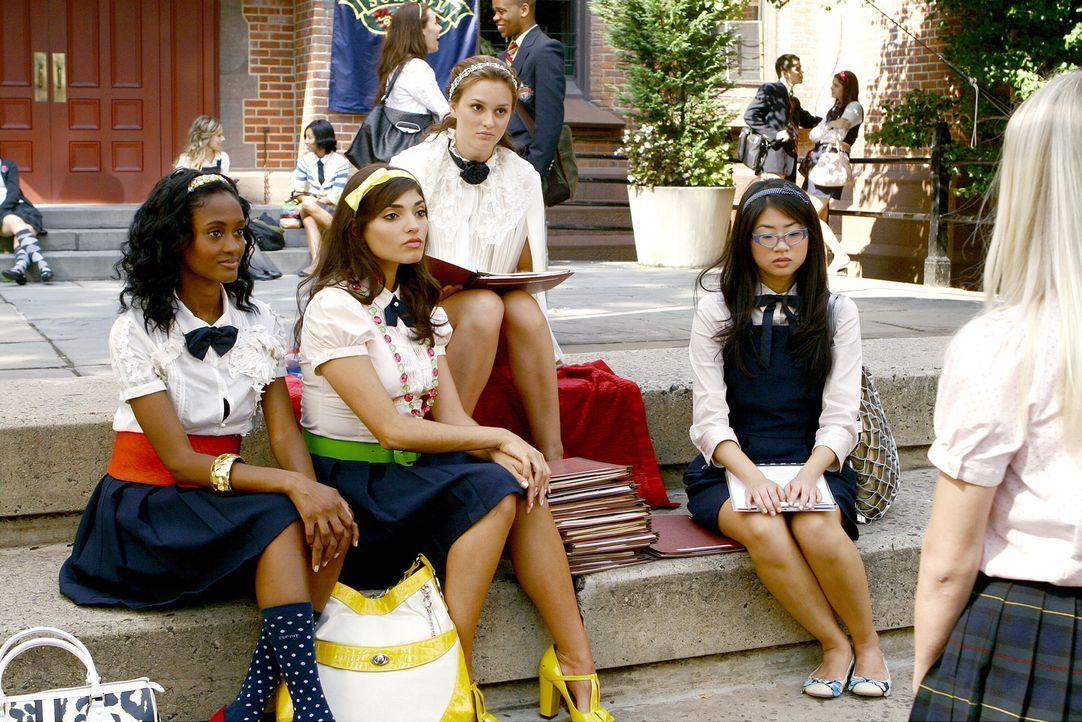 Blair (Leighton Meester, 2.v.r.) und ihre Freundinnen (v.l.n.r.: Nicole Fiscella, Amanda Setton, Yin Chang) suchen für ihre Clique nach Verstärkung.... - Bildquelle: Warner Brothers