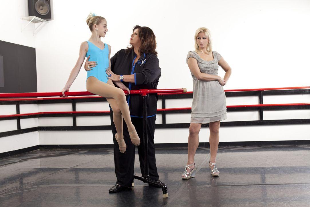 Christi (r.) setzt große Hoffnungen in Chloe (l.) und Abby (M.) ... - Bildquelle: Scott Gries 2012 A+E Networks