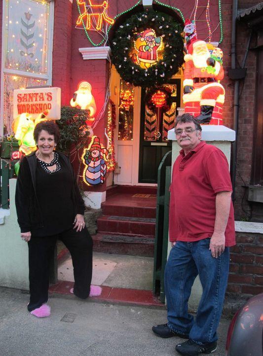 Sue (l.) und Phil (r.) zeigen ihr wundervolles Haus in Denton ... - Bildquelle: ITV plc (ITV Global Entertainment Ltd)