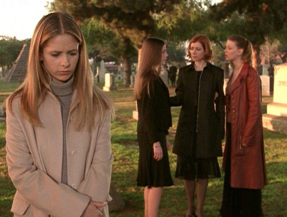 Nach dem Tod ihrer Mutter ist Buffy (Sarah Michele Gellar, l.) wie erstarrt. Dawn (Michelle Trachtenberg, 2.v.l.), Willow (Alyson Hannigan, 2.v.r.)... - Bildquelle: TM +   2000 Twentieth Century Fox Film Corporation. All Rights Reserved.