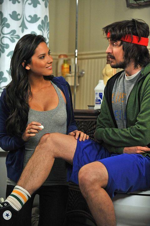 Von der attraktiven Säuglingsschwester Nicole (Olivia Munn, l.) ist Davis (Nicolas Wright, r.) sofort angetan. Als die ihm auch noch ein eindeutige... - Bildquelle: 2009 CBS Broadcasting Inc. All Rights Reserved