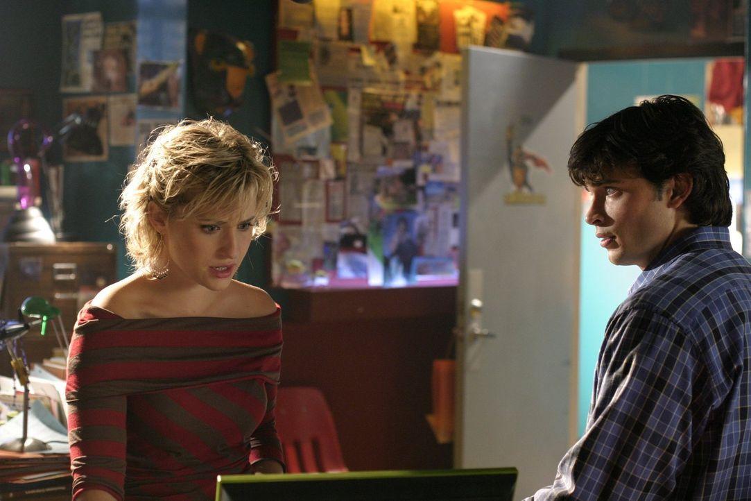 Als Chloe (Allison Mack, l.)entdeckt, dass Clarks (Tom Welling, r.) unattraktive Mitschülerin Abby völlig verändert aus den Sommerferien zurückkehrt... - Bildquelle: Warner Bros.